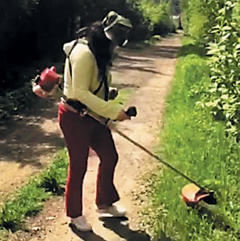 Лолита Милявская косит траву на даче