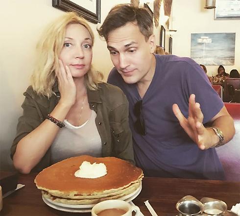 Певица с мужем Михаилом Земцовым на завтраке в кафе Лос-Анджелеса