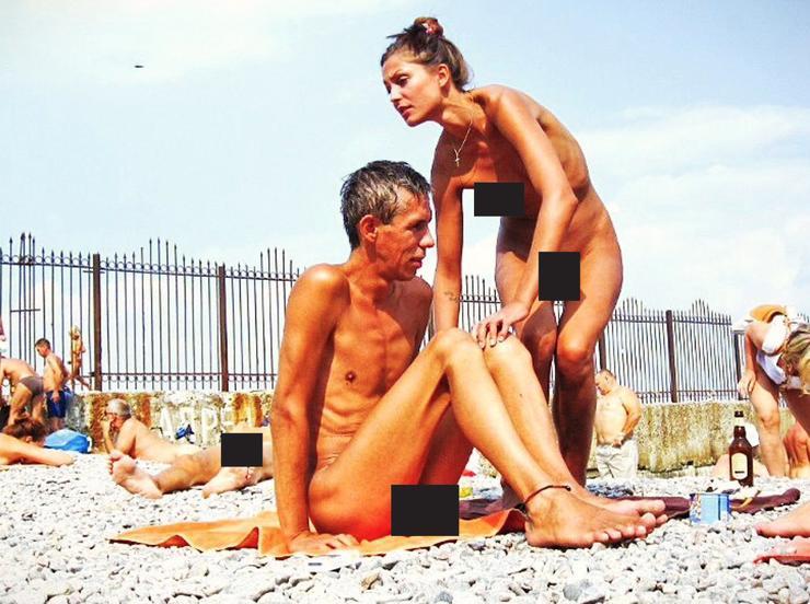 Актер любит отдыхать на нудистских пляжах.