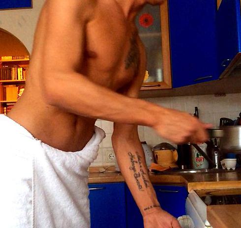 У Алексея также есть татуировки на руке и груди