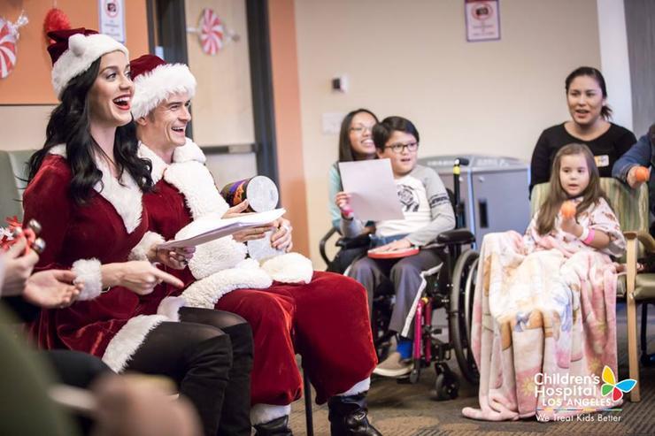 Звездная пара вручила детям подарки и исполнила рождественские песенки