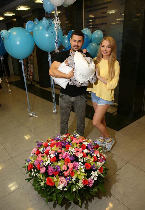 На выписке из роддома Дарье устроили настоящий праздник с цветами и подарками