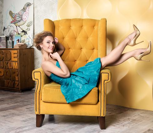 Платье, MIU MIU; туфли, Stuart Weitzman; серьги, Lux Brand