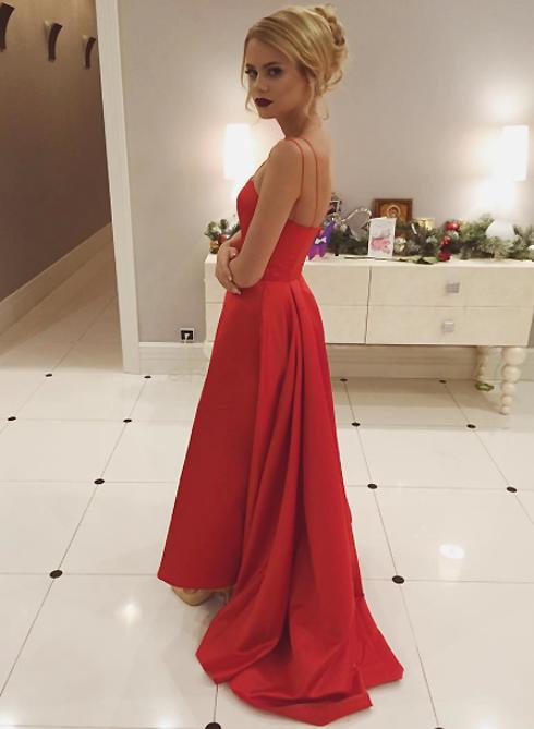 Для праздничного вечера Алена выбрала красное платье