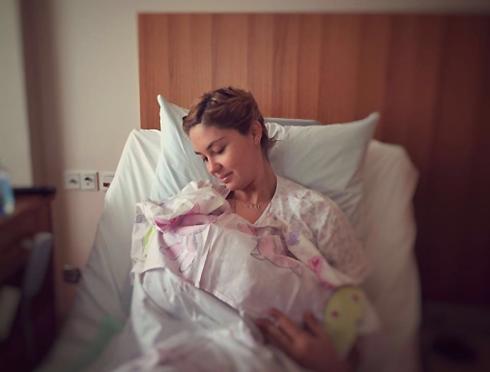 Агата Муцениеце с новорожденной дочерью