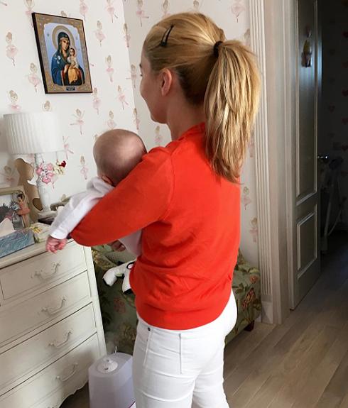 Семимесячная Вероника со своей старшей сестрой Юлей Николаевой