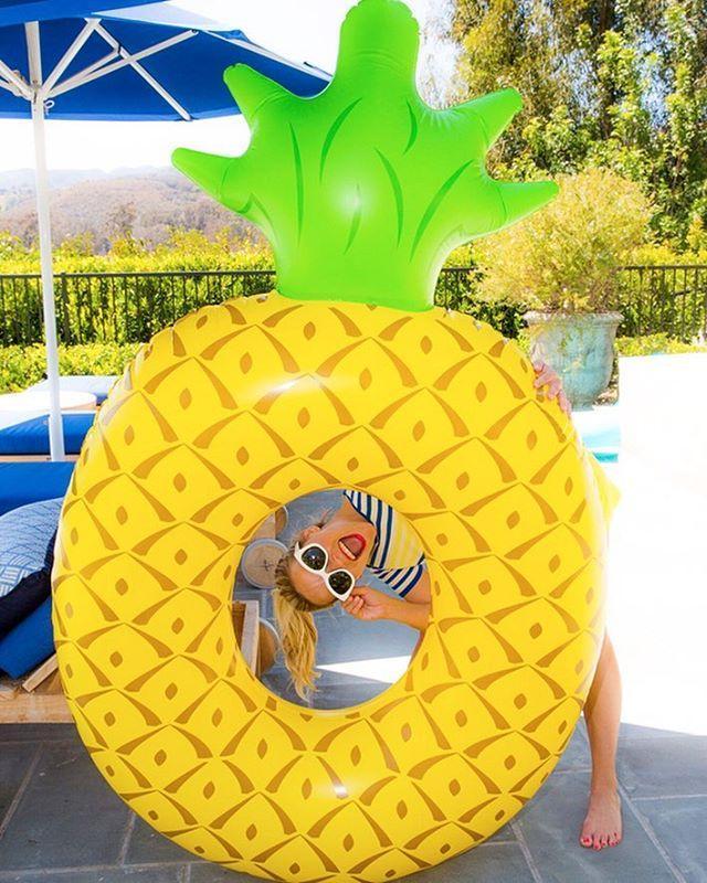 Риз Уизерспун и ее надувной ананас