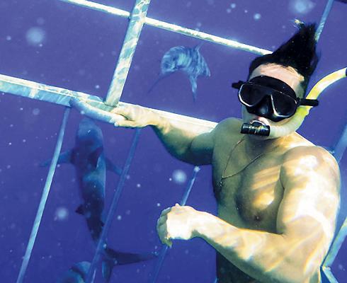Аскольд Запашный искупался с акулами