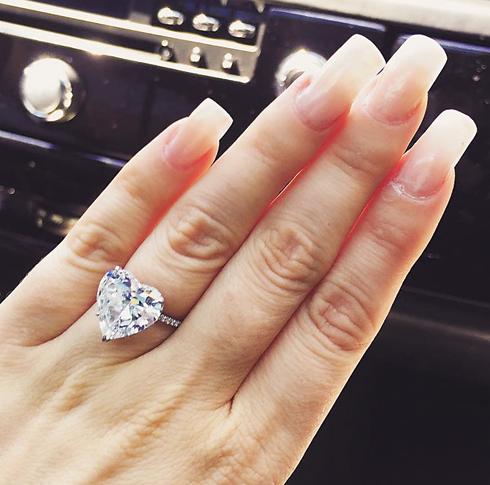 Леди Гага показала поклонникам свое помолвочное кольцо