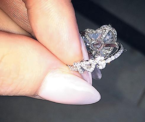 «Моя самая любимая часть помолвочного кольца: буквы Т и С и сердечко из белых бриллиантов между ними. Он всегда называл меня по моему настоящему имени. С нашей самой первой встречи», - призналась Гага