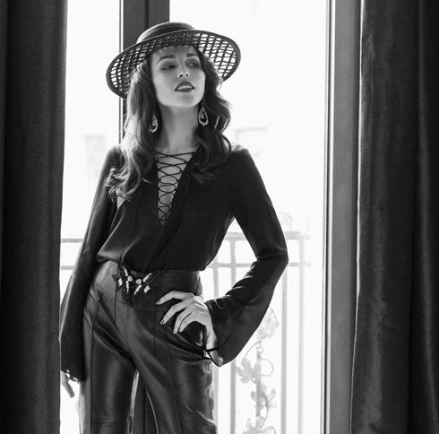 Шляпа и блуза, все – Chаnel; пояс и кожаные брюки, все – Uterque; серьги, Chloe