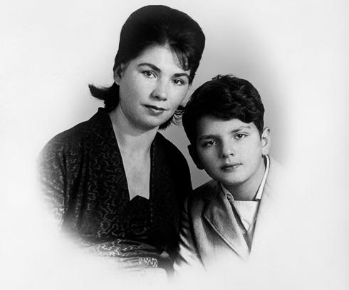 Наш герой с мамой, Анной Григорьевной