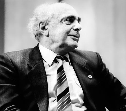 Отец Карена, Георгий Хосроевич, был крупным советским чиновником
