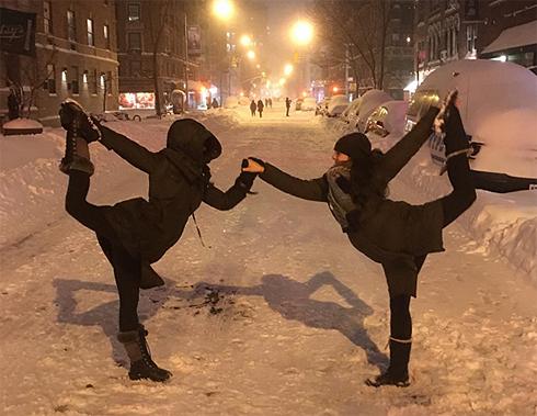 Хилария Болдуин показала одну из асан на заснеженной улице Нью-Йорка