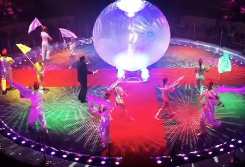 На сцене тележурналистка появилась в огромном шаре