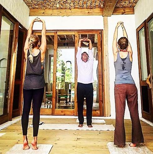 Этот йог специально прибыл на Мальдивы, чтобы заниматься с Собчак и ее подругами