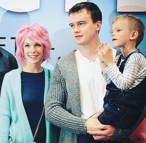 Главных героев мультфильма «Аисты» озвучили супруги Анна Старшенбаум и Алексей Бардуков. Их сын Иван пока довольствуется ролью зрителя