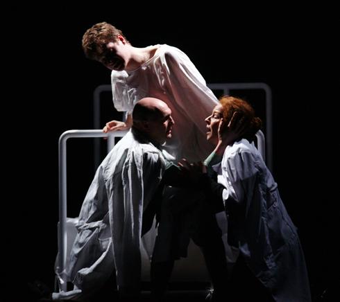 Счастливые партнеры в жизни, на сцене Агриппина и Владимир не очень комфортно ощущают себя вместе. «Все оттенки голубого»
