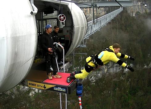 Артист прыгнул с тарзанки с высоты 207 метров