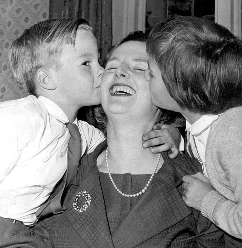 Дети – двойняшки Кэрол и Марк – жаловались, что в детстве им мало доставалось любви и ласки. Мама была слишком занята карьерой