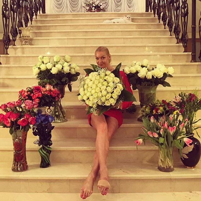 Новоиспеченную актрису завалили цветами