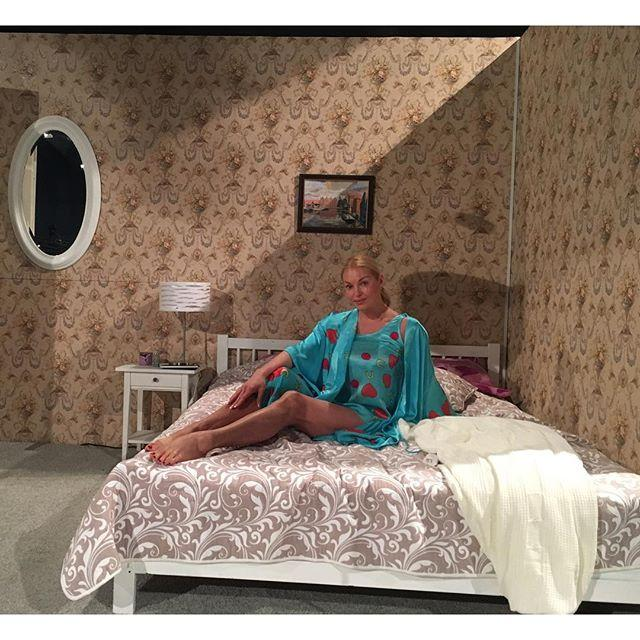 На сцене Настя щеголяет в шелковом пеньюаре и коротеньком халатике ручной росписи