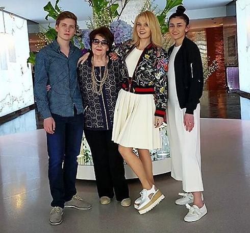 Певица со своей мамой Галиной Николаевной, с сыном Артемией Шульгиным и с младшей дочерью Иосифа Пригожина Лизой