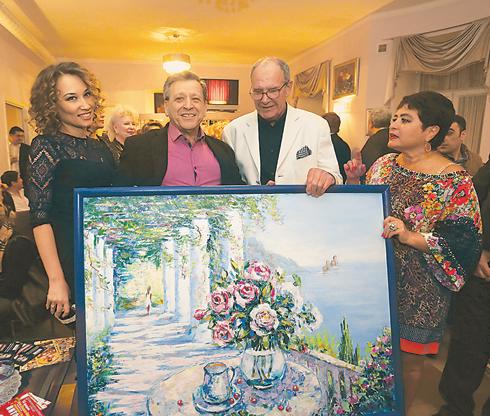 Эммануила Виторгана удивляли в этот день разными подарками, но больше всего его впечатлила картина от Бориса Грачевского и его избранницы Екатерины