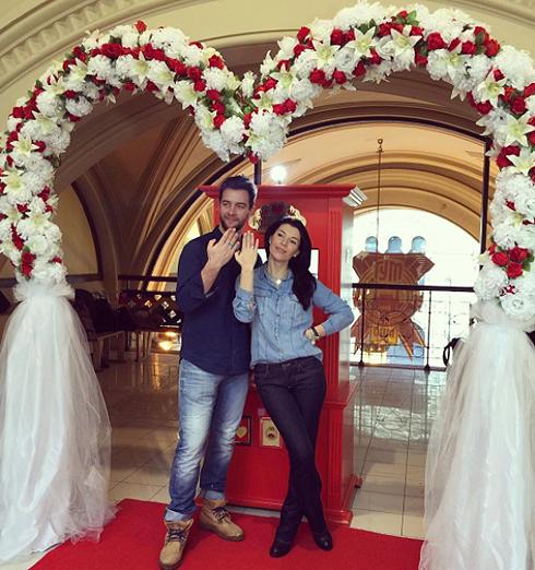 На шуточной свадьбы молодоженам выдают пластмассовые колечки
