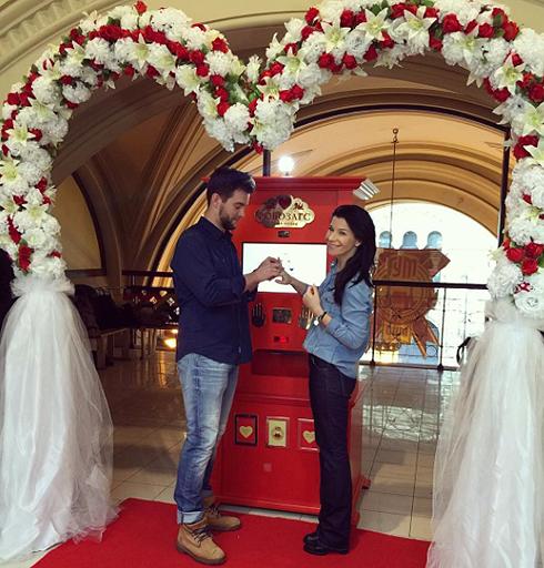 Актеры устроили себе свадьбу с регистрацией в «Робозагсе»
