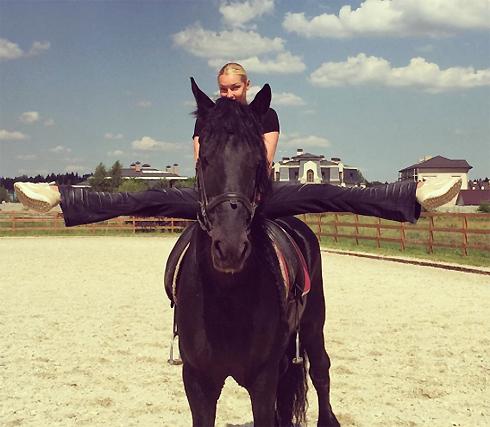 Новый шпагат, сделанный на коне, удивил даже преданных фанатов Волочковой