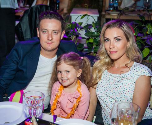 """Актер сериала """"Универ"""" Стас Ярушин пришел с женой Аленой и дочкой Стефанией"""
