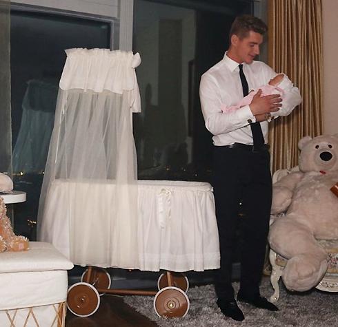 По сюжету Воробьев играет счастливого отца семейства