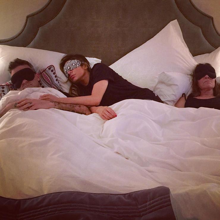 Робби Уильямс, его жена и его теща вместе делят одну кровать