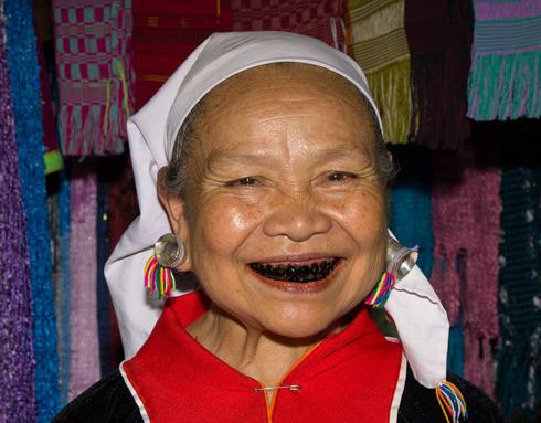Во Вьетнаме, Индии и на Суматре до сих пор сохранилась мода на черные зубы