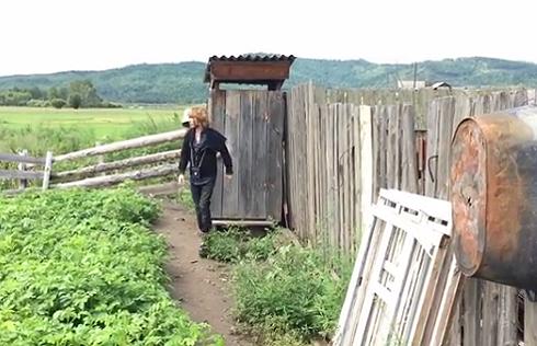 Звезда вшоке: Сергей Зверев прибыл наБайкал ипосетил местный туалет