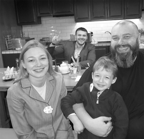 Впервый раз после третьих родов Оксана Акиньшина появилась напублике
