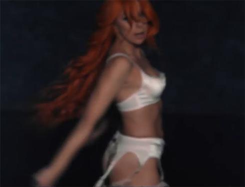 В клипе Апина щеголяет в нижнем белье и чулках