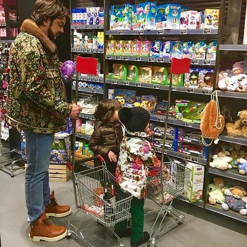 Филипп Киркоров приобретает продукты сдетьми всупермаркете эконом-класса вПодмосковье
