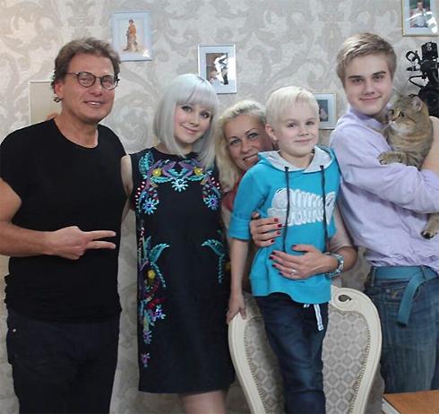 Певица со своей семьей и телеведущем Евгением Додолевым