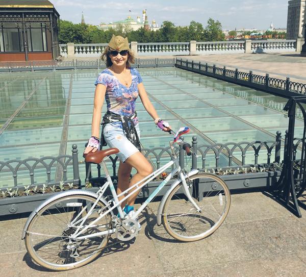Ольга ведет активный образ жизни. Зимой катается на сноуборде, а летом — на велосипеде