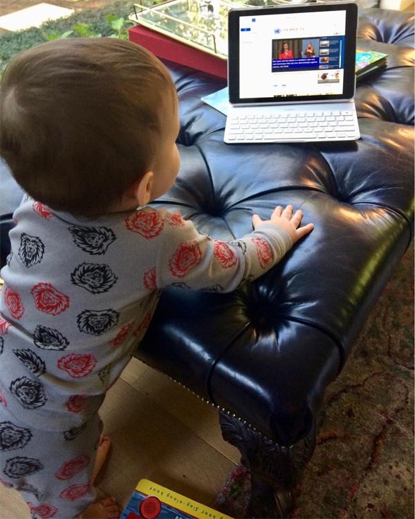 Энн Хэтэуэй впервый раз показала своего годовалого сына