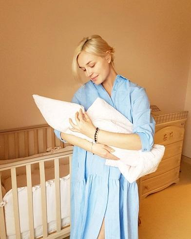 Полина с новорожденной дочкой