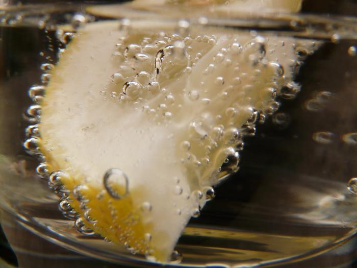Есть несколько способов почистить столовое серебро в домашних условиях. Например, лимонная кислота