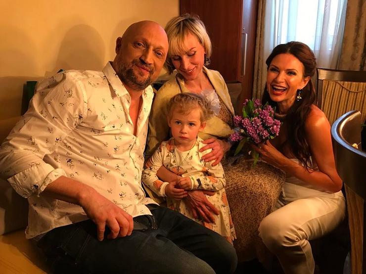 Эвелина Блёданс поздравила юбиляра и его семью