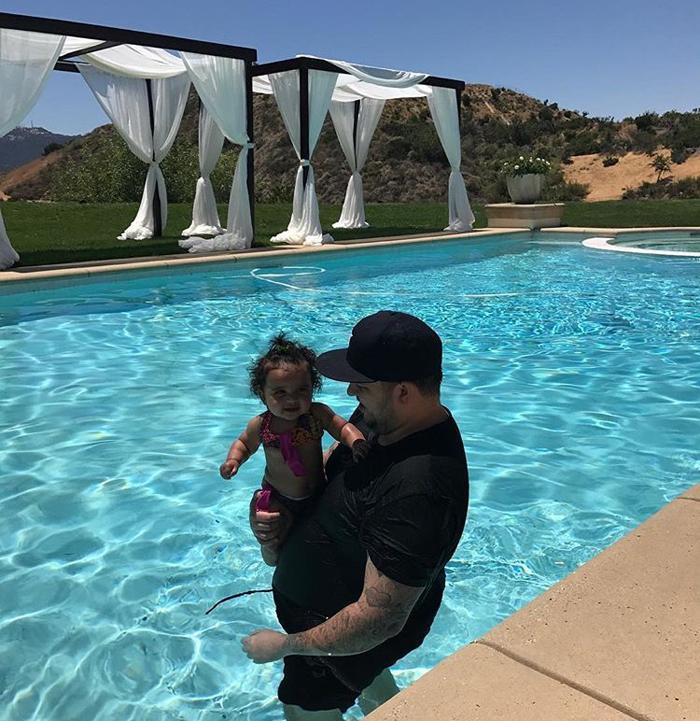 Папа с дочкой в бассейне