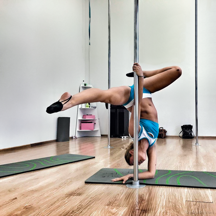 Поддерживать прекрасную форму Агате помогает pole-dance