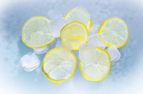 Заморозьте лимон и протирайте лицо кубиками льда