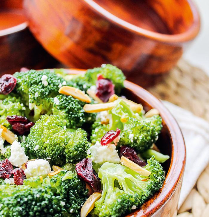 Включение в рацион брокколи, салатов с оливковым маслом и сухофруктов поддержит работу печени, а богатые пробиотиками кисломолочные продукты помогут оздоровить кишечник