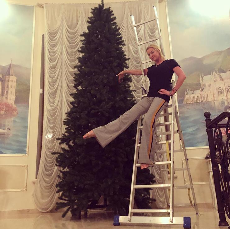 Балерина Анастасия Волочкова украсила дом вместе со своим возлюбленным и дочерью Ариной
